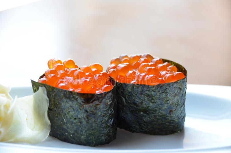 Sushi d'Ikura Nigiri photographie stock libre de droits