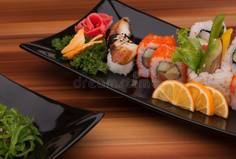 Sushi d'un plat noir photographie stock libre de droits