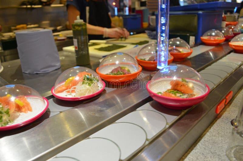 Sushi da correia transportadora imagens de stock