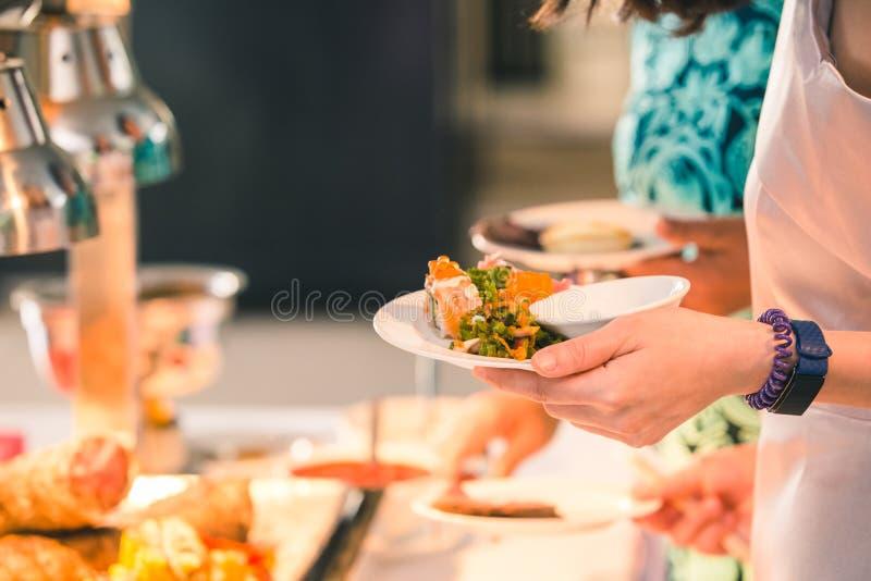 Sushi dans le plat Nourriture japonaise de petit pain de sushi dans le restaurant photos stock