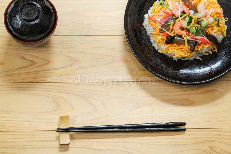 Sushi de Chirashi no prato foto de stock