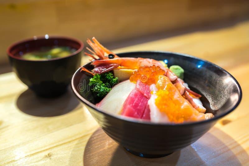 Sushi de Chirashi, nourriture japonaise, bol de riz avec le sashimi saumoné cru, feston, crevette, palourde de ressac, oeufs saum photos libres de droits