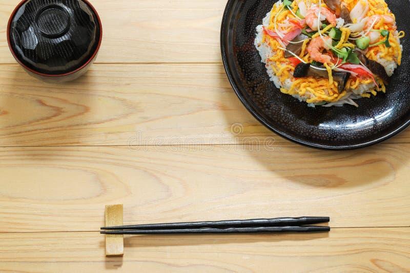 Sushi de Chirashi sur le plat photo stock