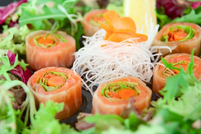Sushi de daikon, de raccord en caoutchouc et de saumons image stock