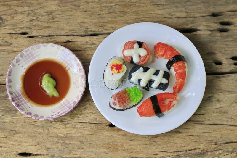 Sushi de fantaisie réglés sur le vieux bois photo libre de droits