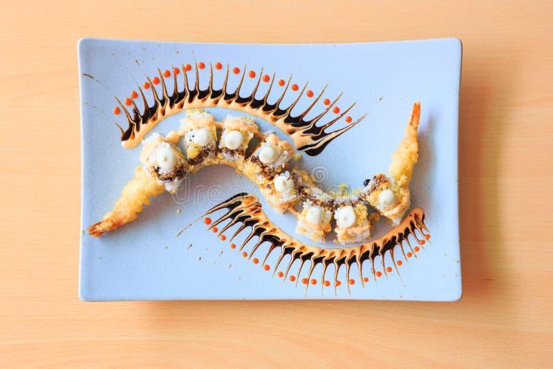 sushi de fantaisie sur la vue supérieure de plat en céramique image stock