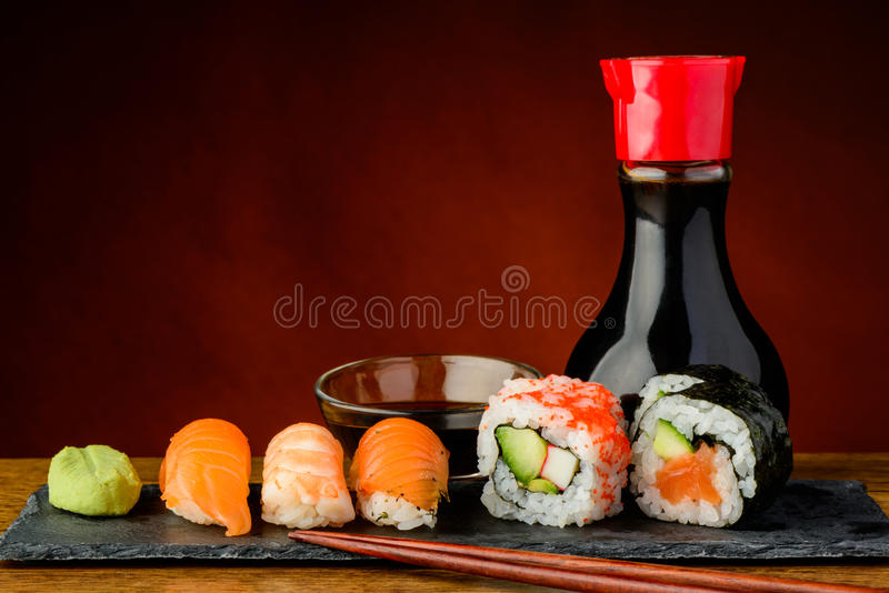 Sushi de Futomaki, d'uramaki et de nigiri images stock