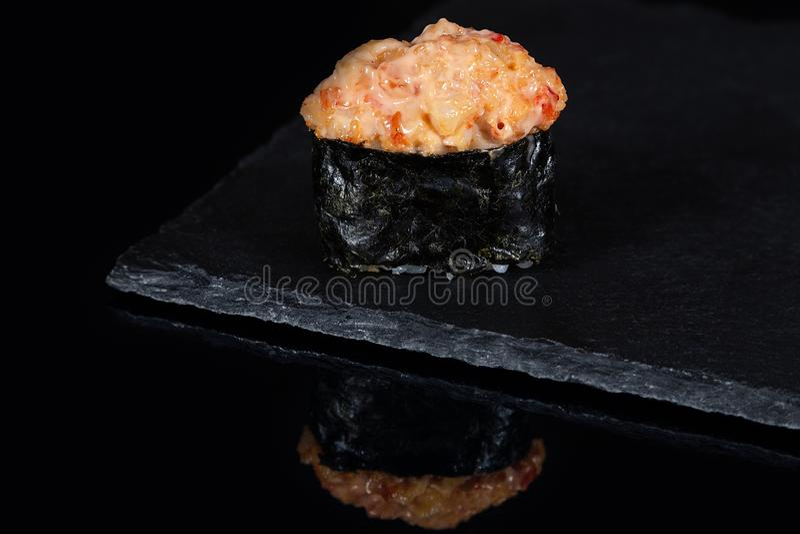 Sushi de Gunkan com os salmões picantes na mesa preta imagem de stock royalty free