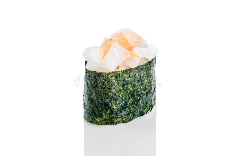 Sushi de Gunkan com vieira de mar e molho picante imagem de stock