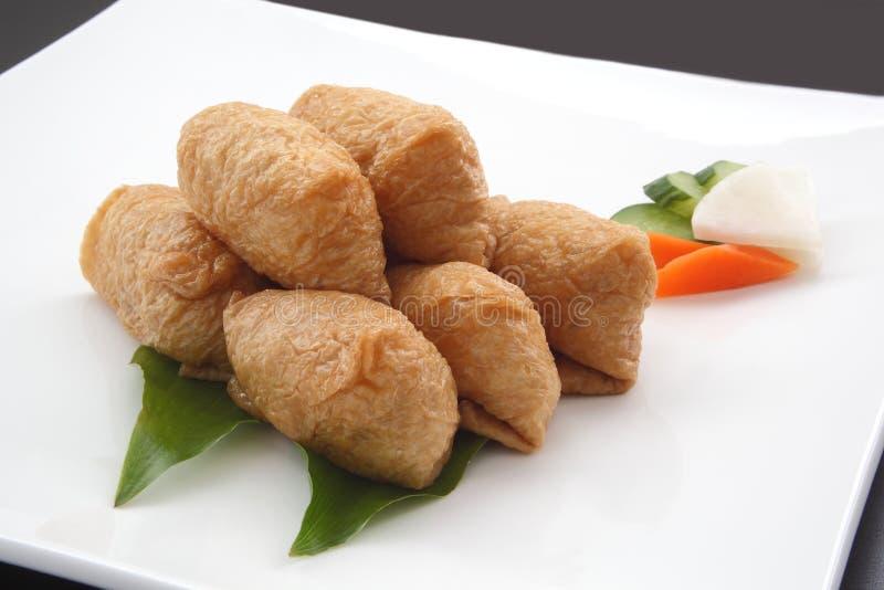 Sushi de Inari envuelto en Fried Tofu con las salmueras japonesas, comida japonesa imagen de archivo