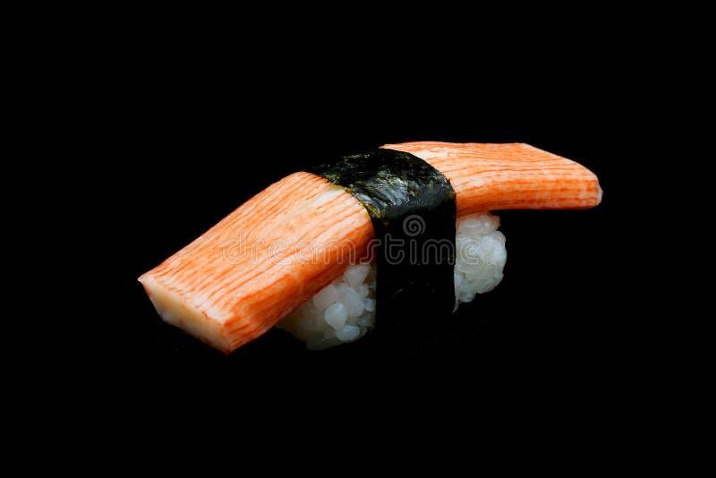 Sushi de Kani ou de vara do caranguejo parte superior na batida do arroz pela alga Alimento japonês da tradição fotos de stock