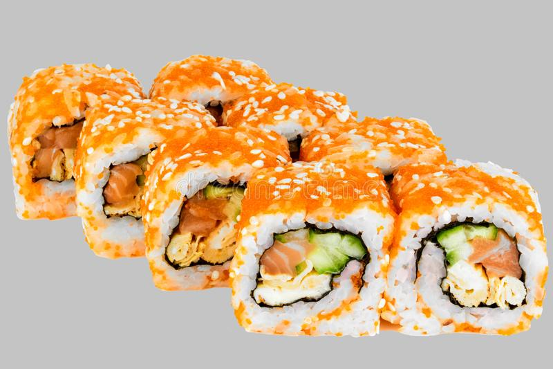 Sushi de la Californie avec l'omelette de sésame de masago de caviar de mayonnaise de saumons et de concombre photo libre de droits