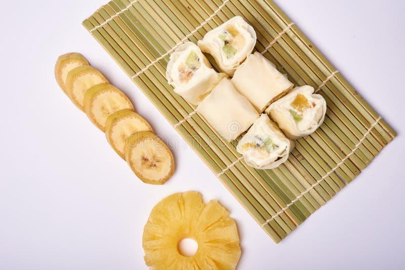 Sushi de Maki del postre - rodillo del chocolate con la varia fruta y el queso poner crema adentro imagen de archivo libre de regalías