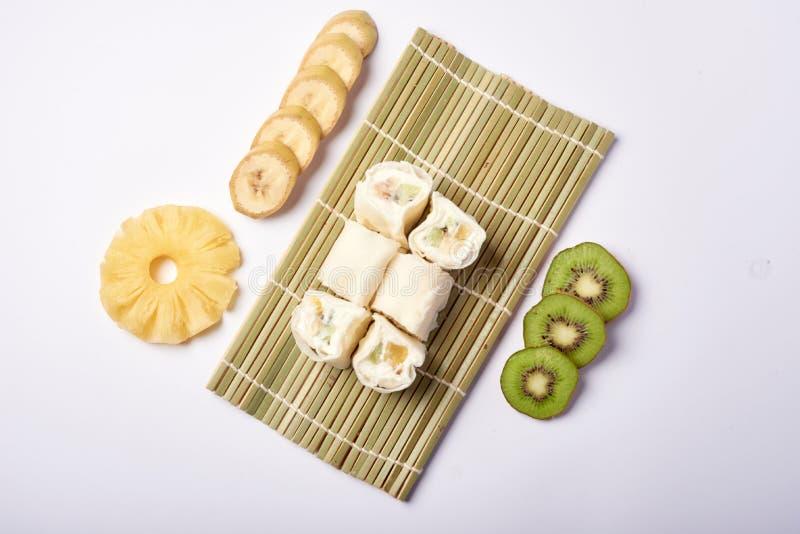 Sushi de Maki del postre - rodillo del chocolate con la varia fruta y el queso poner crema adentro imagenes de archivo