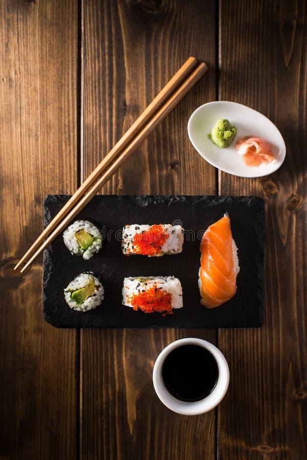 Sushi de Maki em uma tabela de madeira Vista superior imagens de stock royalty free