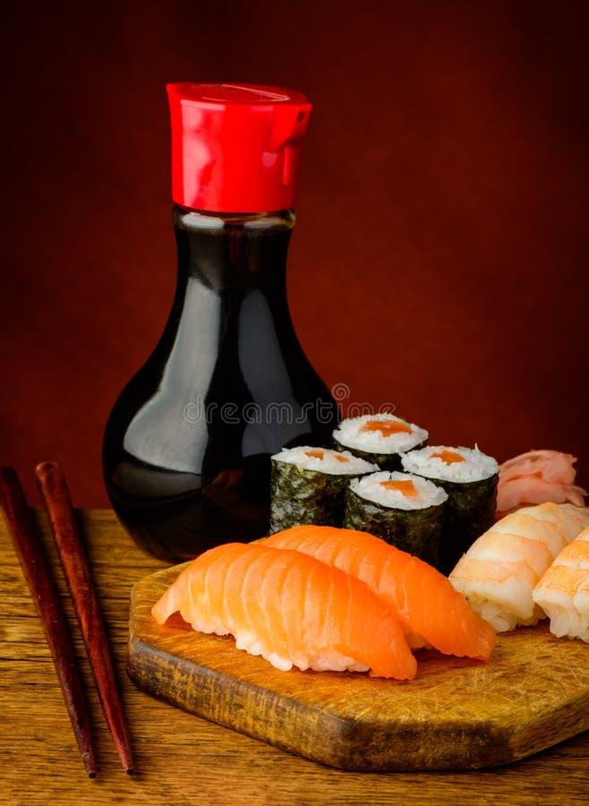 Sushi de Maki et de nigiri image stock