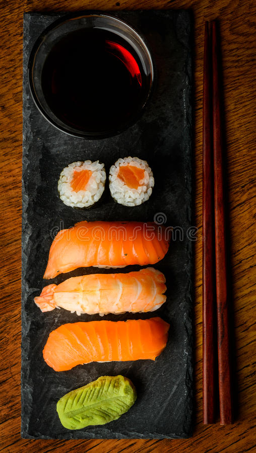Sushi de Maki et de nigiri et sauce de soja image stock