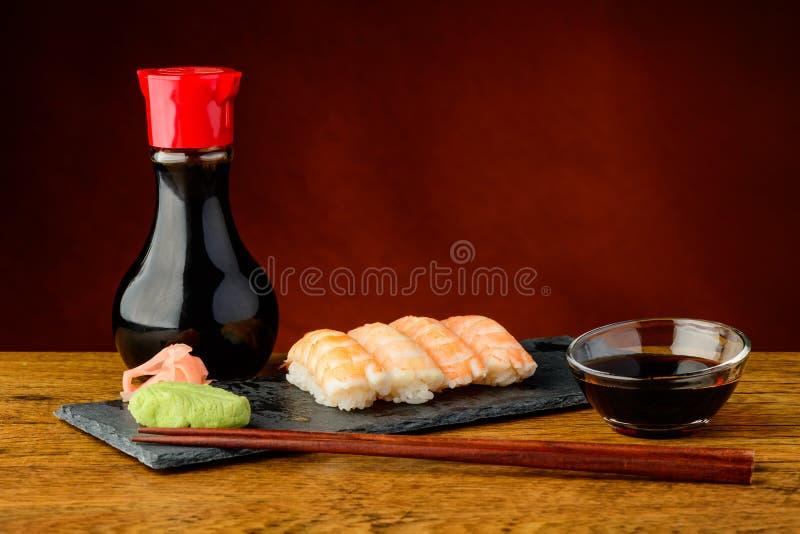 Sushi de Nigiri avec les crevettes roses et la sauce de soja images stock