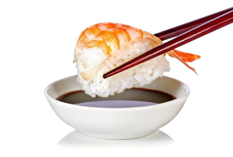 Sushi de Nigiri con el camarón, los palillos y la salsa de soja fotografía de archivo
