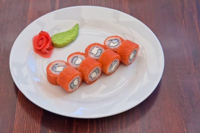 Download Sushi De Petit Pain De Saumons Photo stock - Image du gourmet, dîner: 45350574