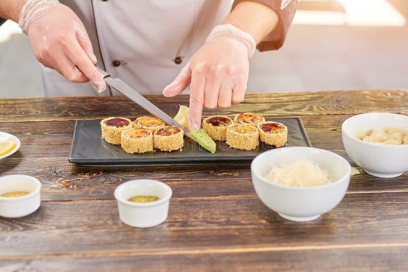 Sushi de portion de chef réglés avec le wasabi image stock