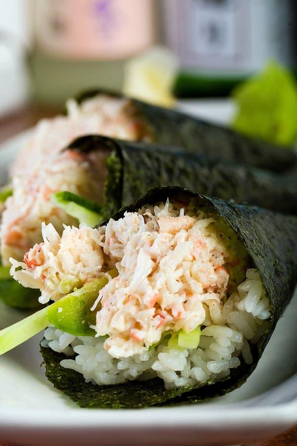 Sushi del granchio rotolati mano immagini stock