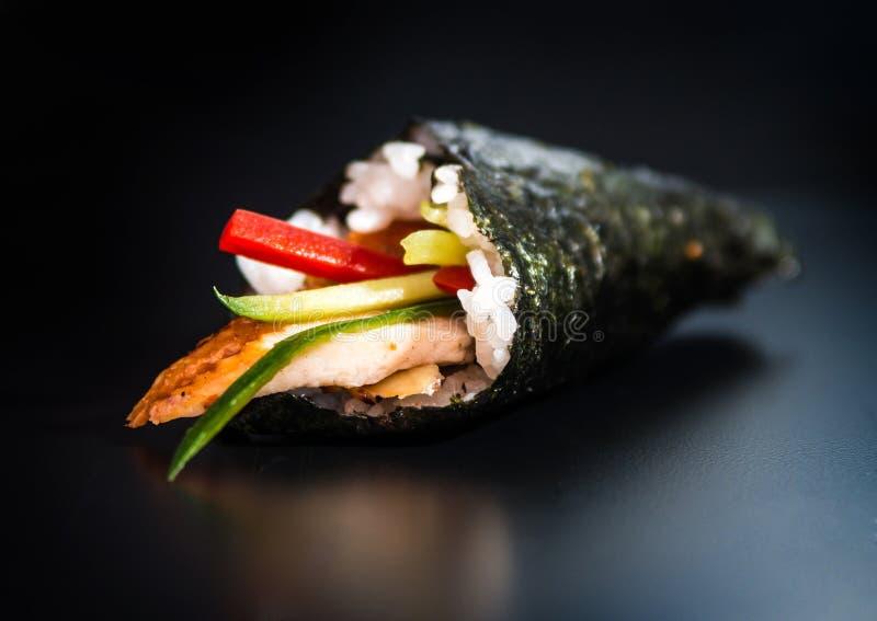Sushi del rollo de la mano fotos de archivo libres de regalías