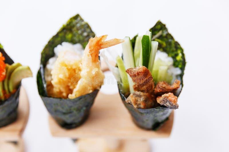 Sushi del rotolo della mano di California messi: Tempura del gamberetto e Tuna Skin croccante con il cetriolo affettato immagini stock libere da diritti