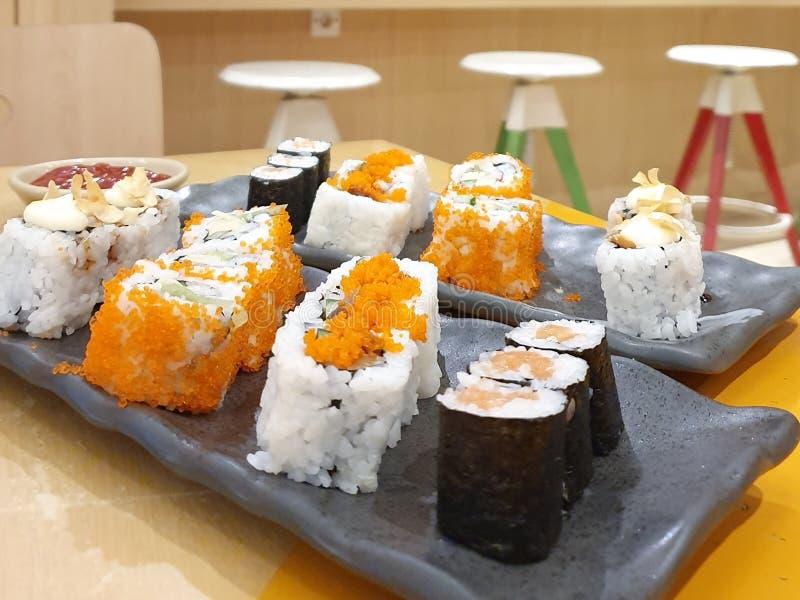 Sushi delicioso con la galjanoplastia hermosa imagen de archivo