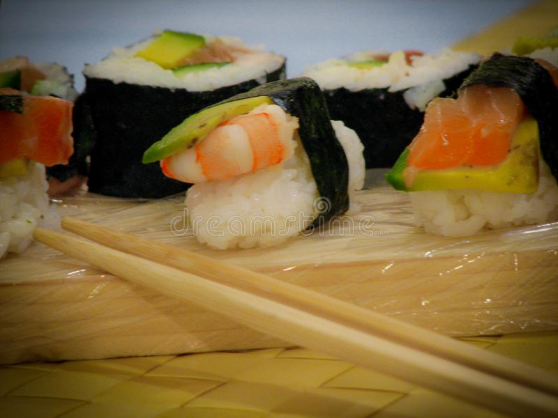 Sushi delicioso na tabela fotos de stock