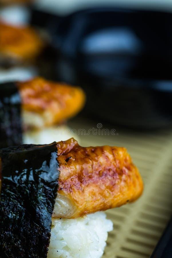 Sushi dell'anguilla con salsa, stile giapponese dell'alimento fotografia stock libera da diritti