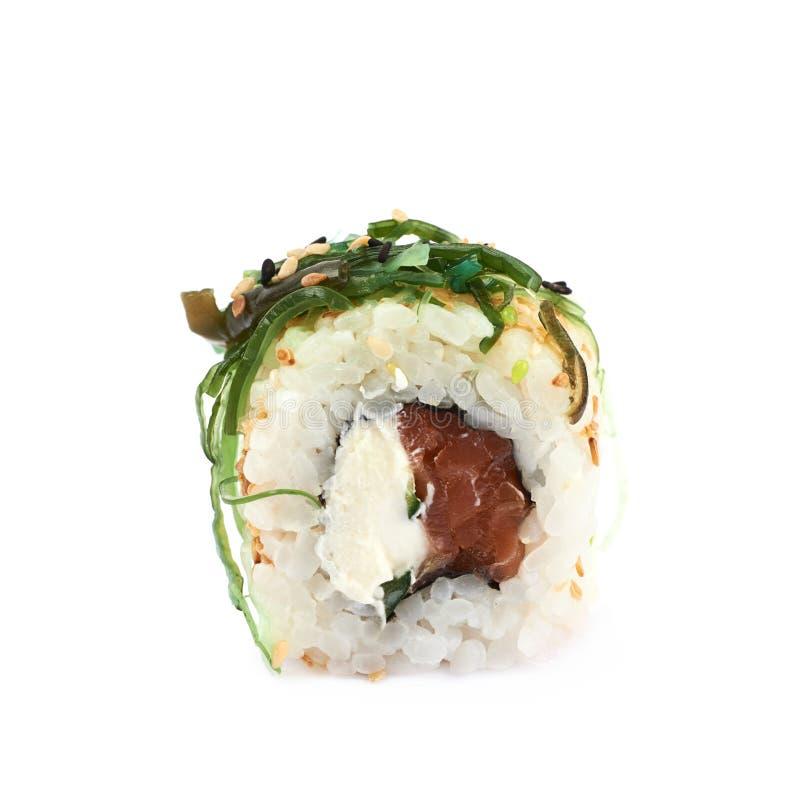 Sushi dell'erbaccia del mare con il tonno isolato fotografie stock