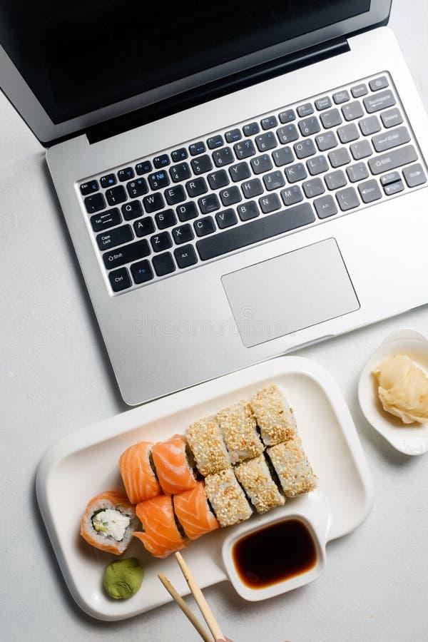 Sushi della rete sociale di stile di vita di blogger dell'alimento fotografie stock libere da diritti