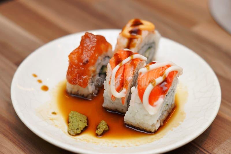 Sushi in der Sojasoße stockfotos