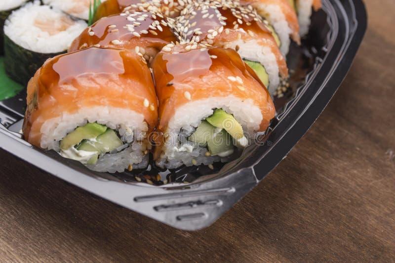 Sushi di causa con il salmone e il avokado fotografia stock libera da diritti