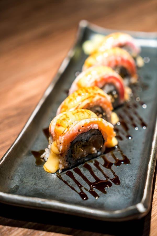 sushi di color salmone crudi freschi del rotolo immagine stock libera da diritti
