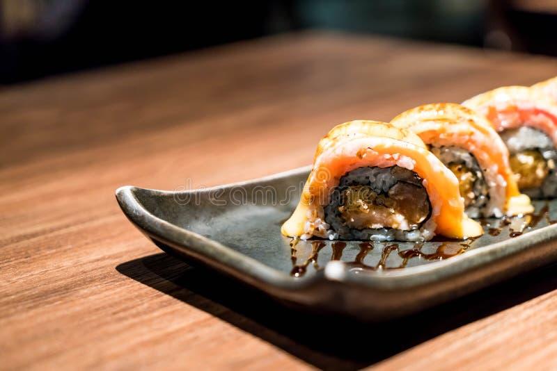 sushi di color salmone crudi freschi del rotolo fotografia stock