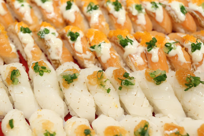 Sushi di color salmone operati degli alimenti del Giappone in ristorante fotografia stock libera da diritti