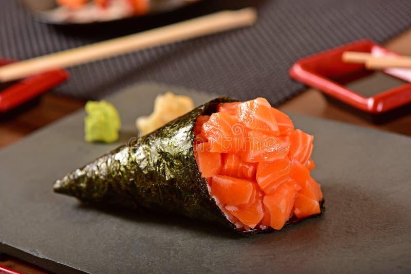 Sushi di color salmone di temaki fotografia stock libera da diritti