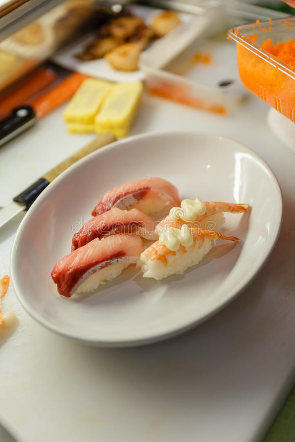 Sushi di Hamachi e guarnizione dei sushi del gamberetto con Tobiko (uova del gamberetto) e Mayongnes immagine stock