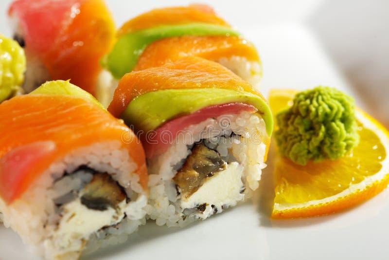 Sushi di Maki - rullo del Rainbow immagine stock libera da diritti