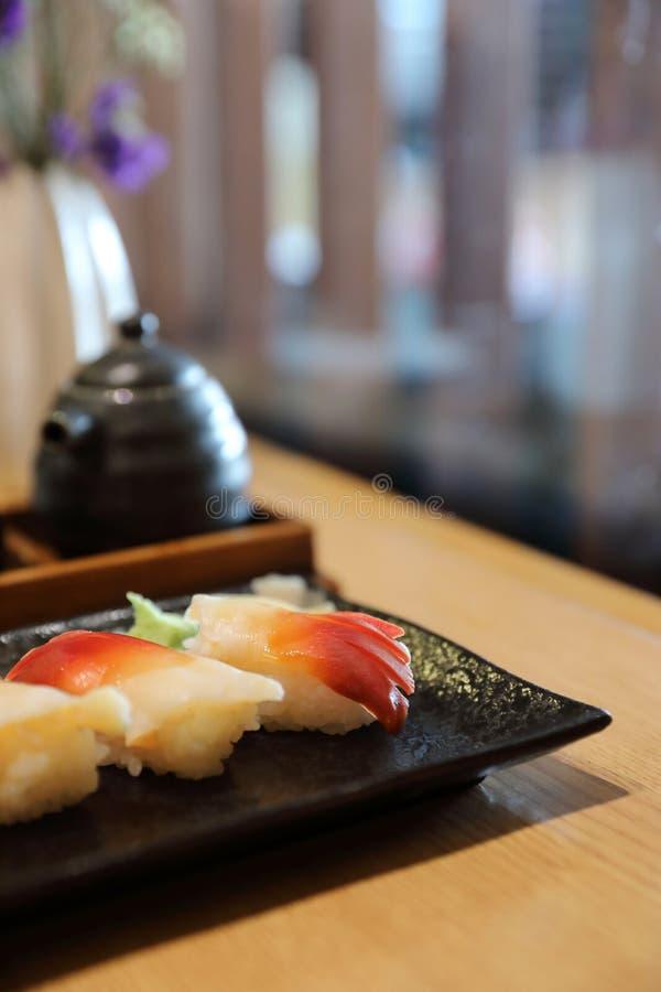 Sushi di nigiri della spuma - stile giapponese dell'alimento sulla tavola di legno fotografie stock libere da diritti