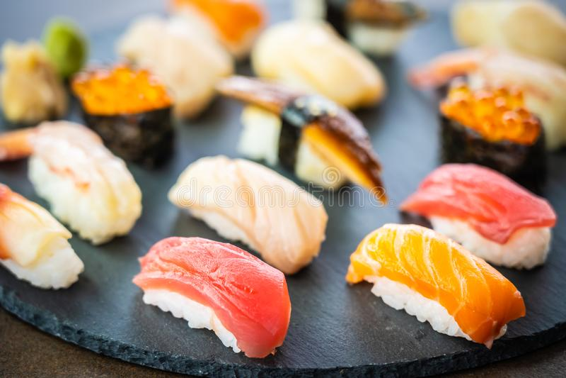 Sushi di Nigiri messi con le coperture di color salmone dell'anguilla del gamberetto del gamberetto del tonno e l'altro sashimi fotografia stock libera da diritti