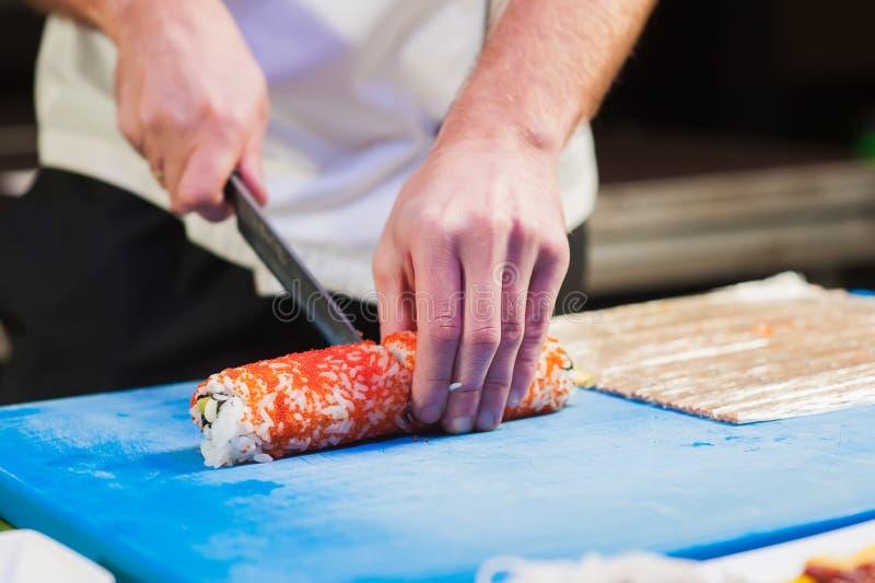 Sushi di taglio nei pezzi fotografia stock libera da diritti