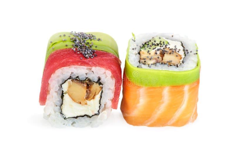 Sushi do maki de Uramaki, dois rolos isolados no branco fotos de stock