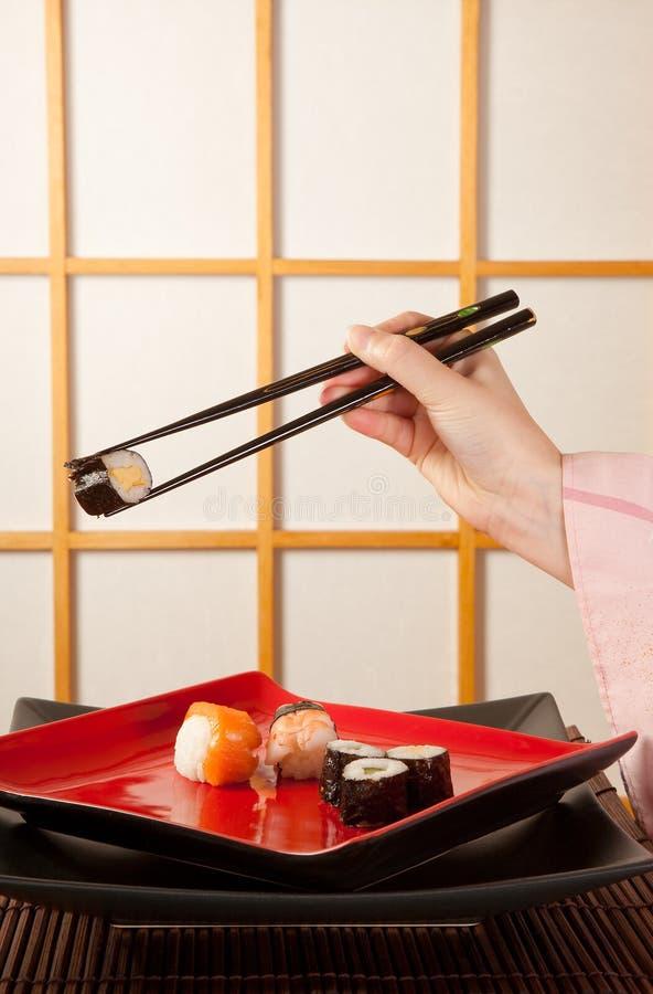 Sushi do serviço com chopsticks fotos de stock