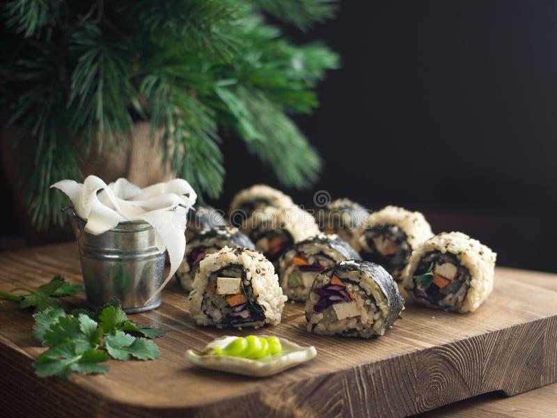 Sushi do vegetariano em uma placa de madeira fotos de stock