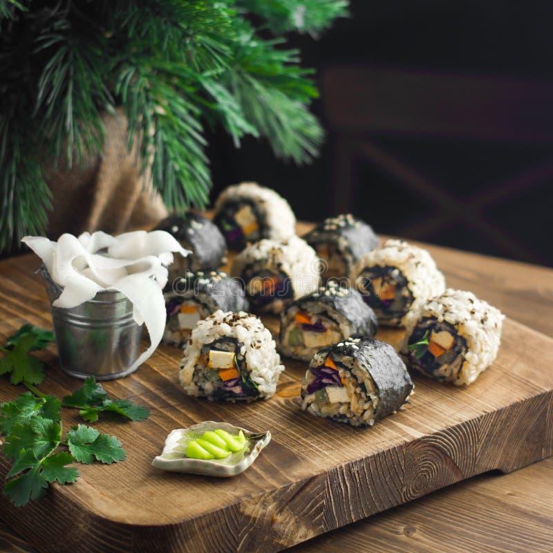 Sushi do vegetariano em uma placa de madeira foto de stock royalty free