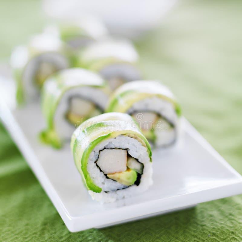 Sushi - Draakbroodje met avocado en krabvlees stock afbeelding