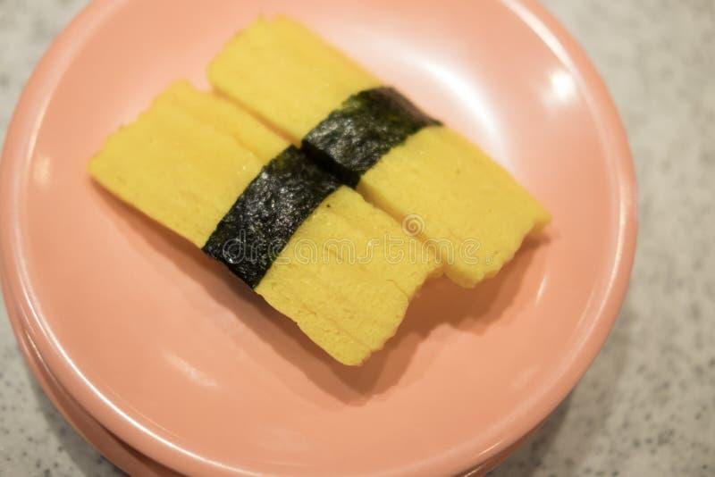 Sushi dulce del nigiri del huevo - estilo japonés de la comida imagenes de archivo